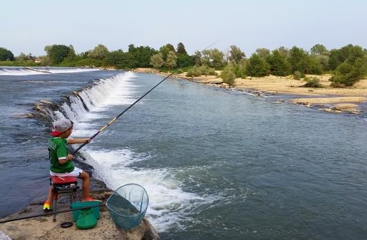 Reporterinoj mentre pesca nel fiume Sesia